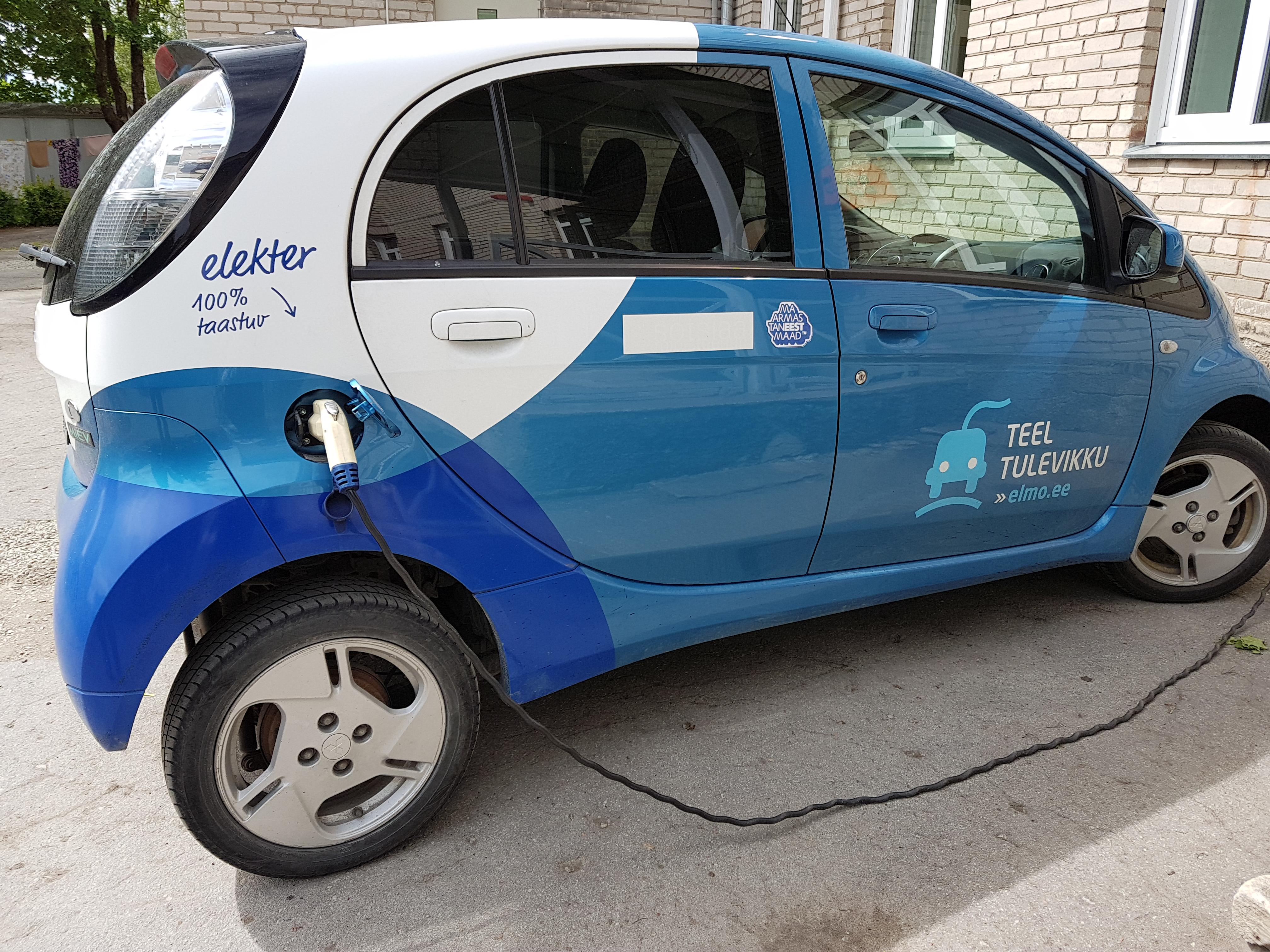 Mõnikord näeb Tapa vallas ka elektriautot. Elektriauto laadimas AS Hoolekandeteenuste Tapa Põllu kodu ees. Pildistas Katrin Jõgisaar, Bioneer