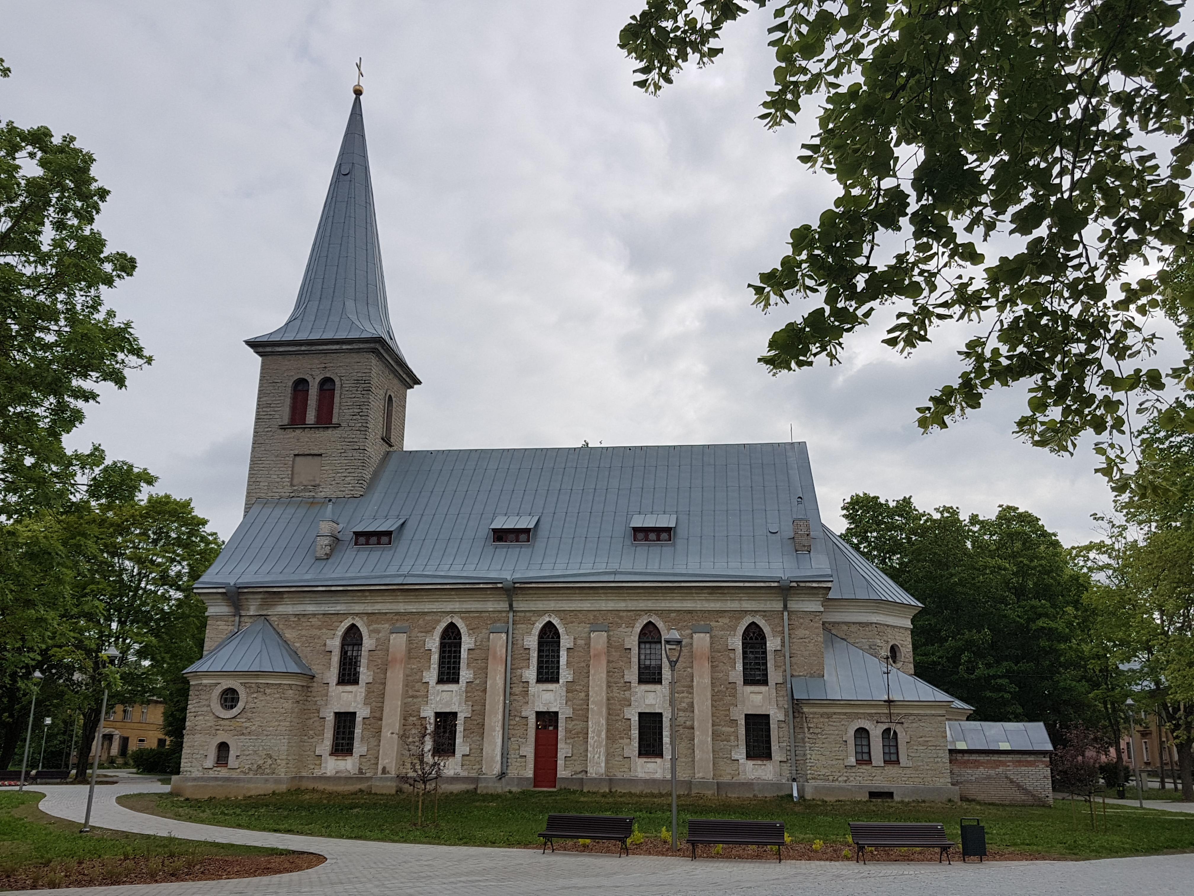 Tapa kiriku korrastatud ümbrus. Pildistas Katrin Jõgisaar, Bioneer