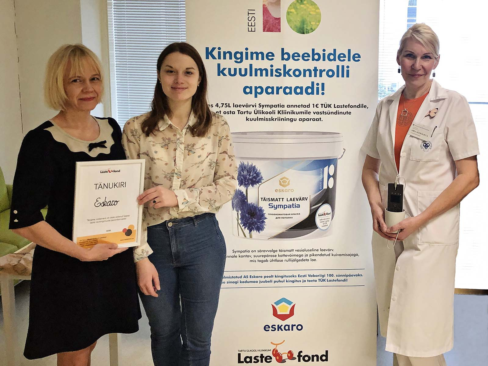 Eskaro turundusjuht Mare Ott, Lastefondi tegevjuht Kadri Org ja TÜK naistekliiniku vanemämmaemand Aira Aleksejeva annetuse üleandmisel