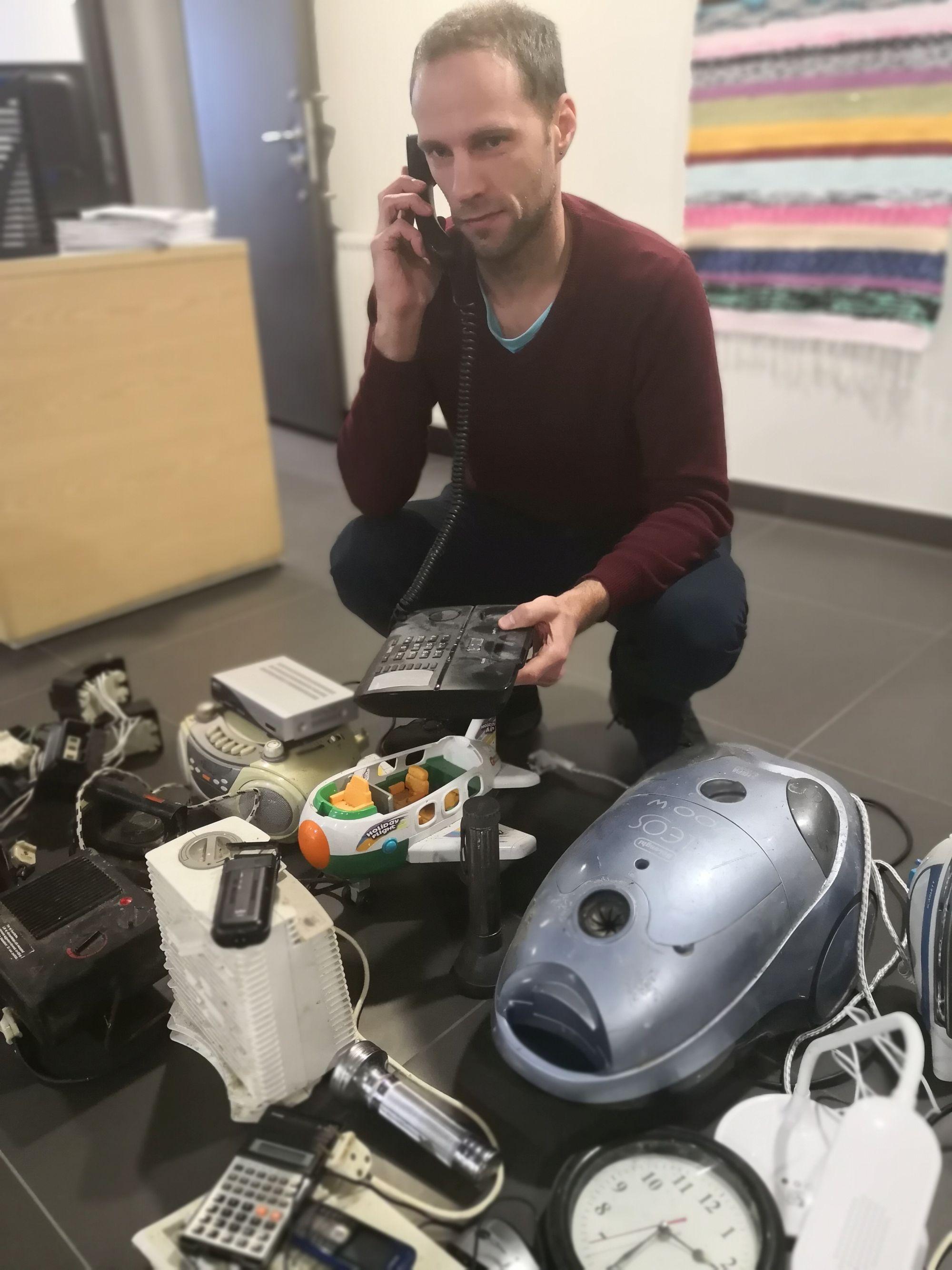 Pildil: Keskkonnaagentuuri andmehaldusosakonna peaspetsialist Rain Päären teeb revisjoni, mis laadi kodutehnikat töötajad kahe kuu jooksul tööle äraviimiseks tõid. Asju jagus taskulampidest ja taskukalkulaatoritest soojapuhurite ja elektrooniliste mänguasjadeni välja.  Foto: Valdo Jahilo