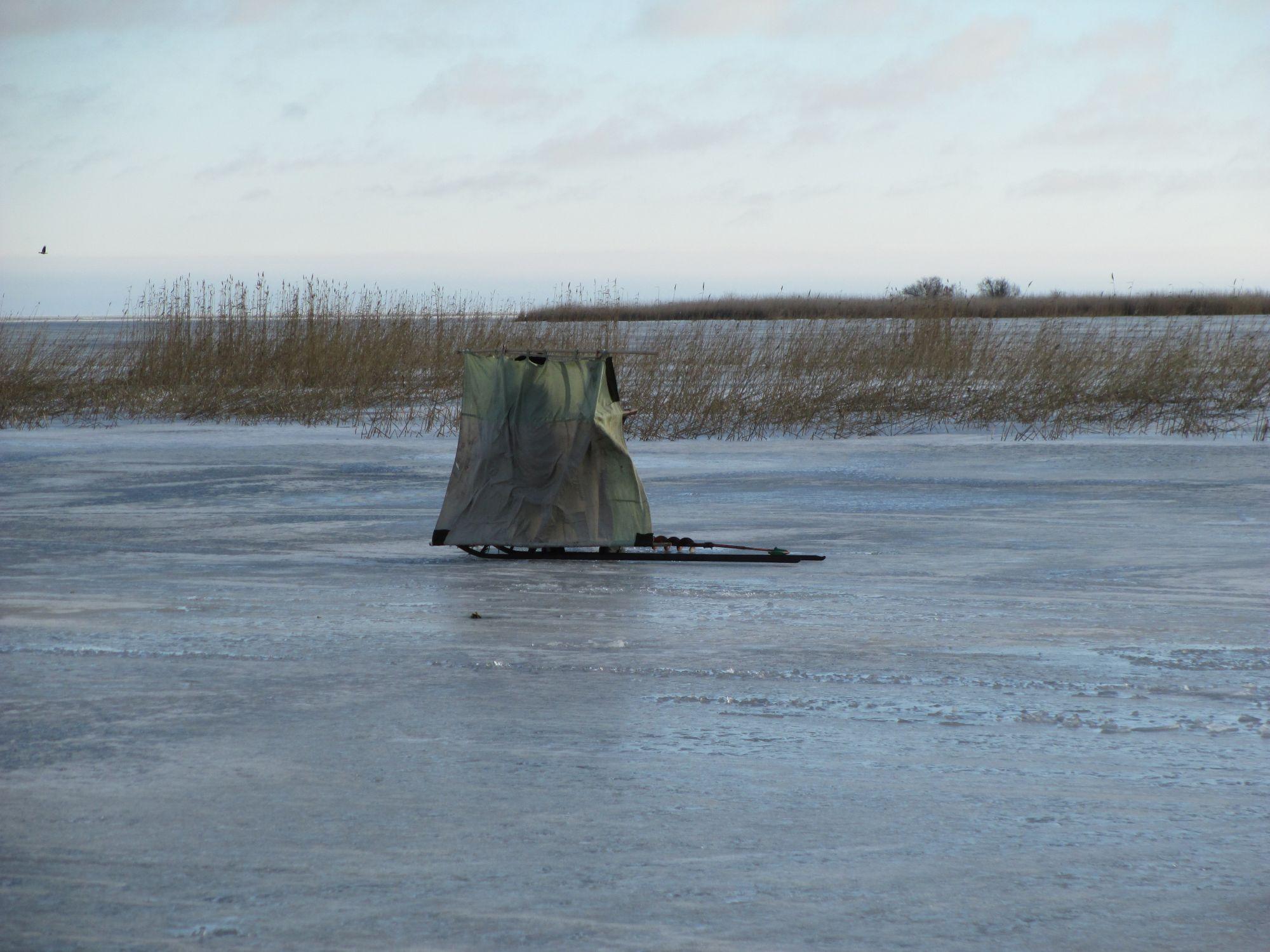 Ka kalamehed otsivad jääväljadel puhuvate tuulte eest varju.