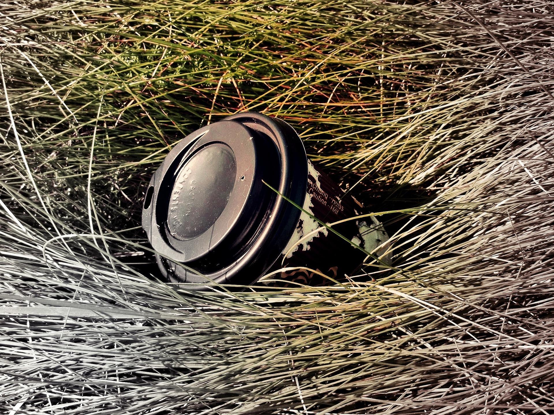 Üks enim veeressursse nõudev tegevus on kohvijoomine. Ja pärast satub tihtilugu ühekordselt kasutatav kohvitops jäätmena loodusesse. Foto: Pixabay
