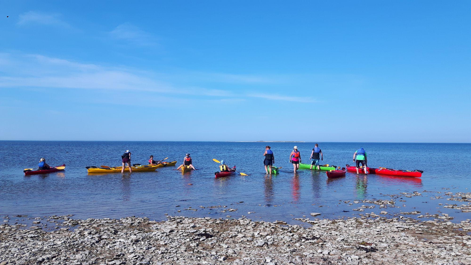 Süstamatkajad lahkuvad saarelt. Kuigi grupp oli väike, leidus seal tervelt viis varem kohatud nägu. Foto: Lona Päll.