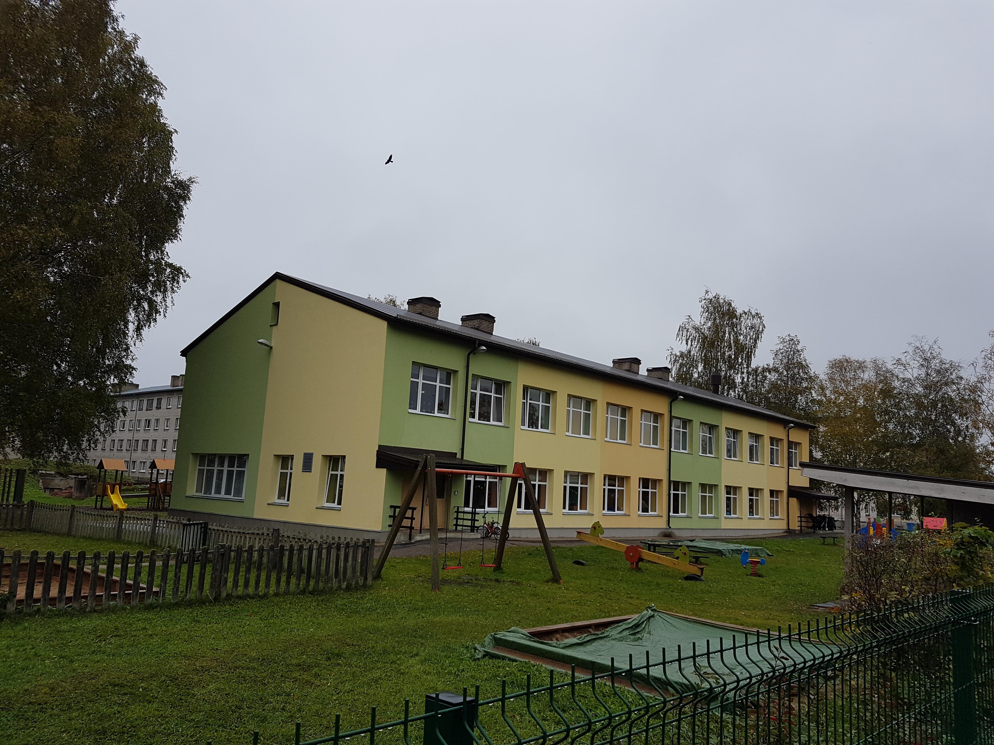 Vald on renoveerinud ja sellega energiatõhusamaks muutnud valdava enamuse vallaasutuste hoonetest. Pildil on lasteaed Vikerkaar Tapal. Pildistas Andrus Freienthal